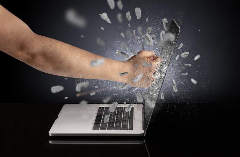 Hand bricht Laptopschirm lizenzfreie stockfotos