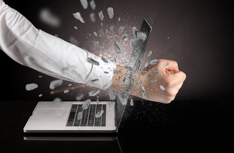 Hand bricht Laptopschirm lizenzfreie stockbilder