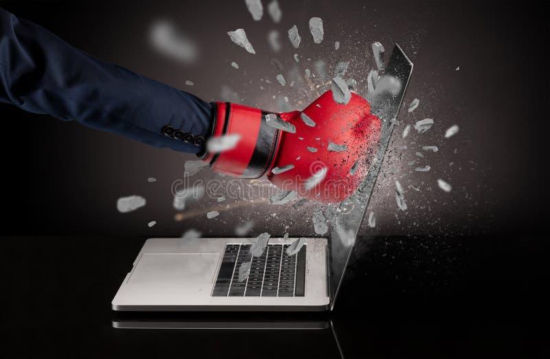 Hand bricht Laptopschirm lizenzfreies stockfoto
