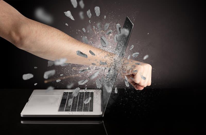 Hand bricht Laptopschirm lizenzfreie stockfotografie