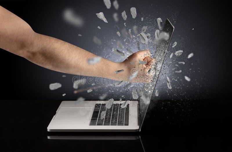 Hand bricht Laptopschirm stockfotografie