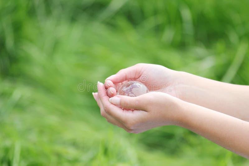 Download In Hand De Bol Van Het Glas Stock Afbeelding - Afbeelding bestaande uit reis, voorwerp: 29503135