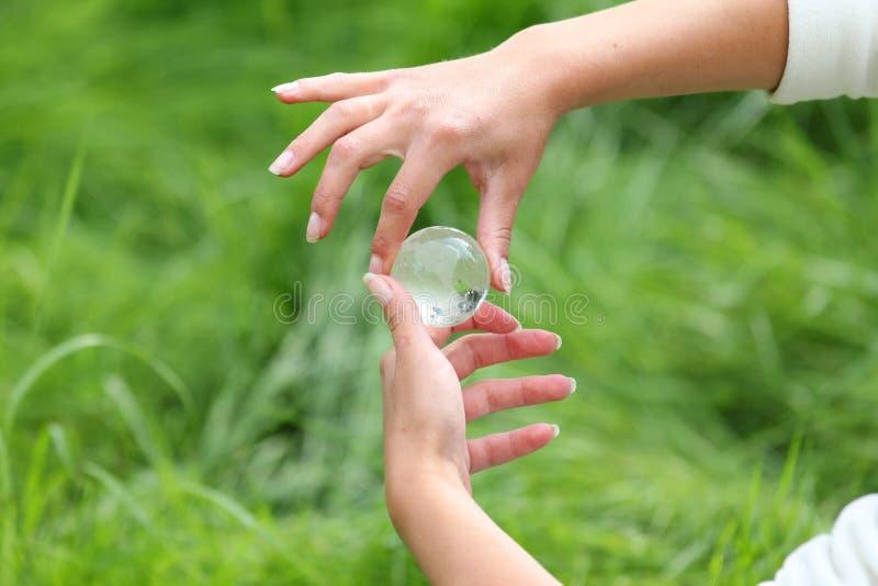 Download In Hand De Bol Van Het Glas Stock Afbeelding - Afbeelding bestaande uit vrede, planeet: 29503205