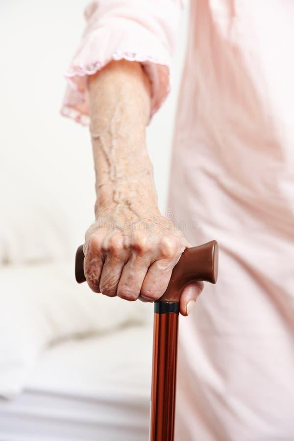 Hand der älteren Frau mit Stock stockfoto