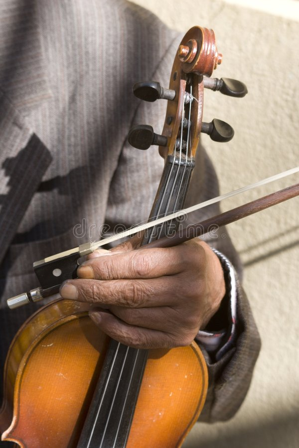Hand der alten Geige stockfotos
