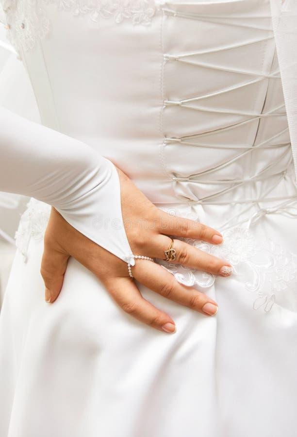 Hand der Braut auf ihrem Korsett lizenzfreie stockbilder