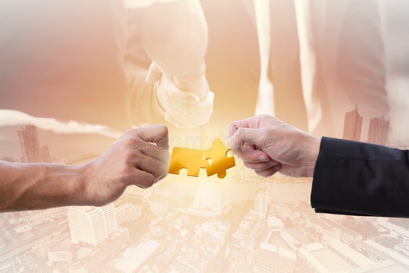 Hand der Geschäftsvereinbarung zwei mit Laubsäge bauen zusammen für Erfolgsjob zusammen stockfoto
