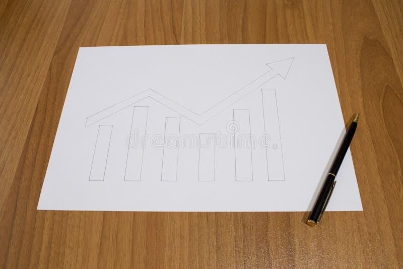 Hand der kommerziellen Grafik gezeichnet mit einem Stift auf einer Tabelle lizenzfreie stockbilder