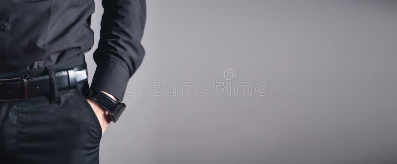 Hand in der Tasche mit Armbanduhr lizenzfreies stockfoto