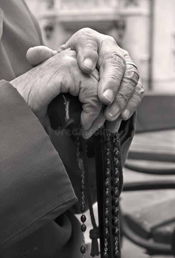 Hand des alten Mannes durch Gebet stockbilder
