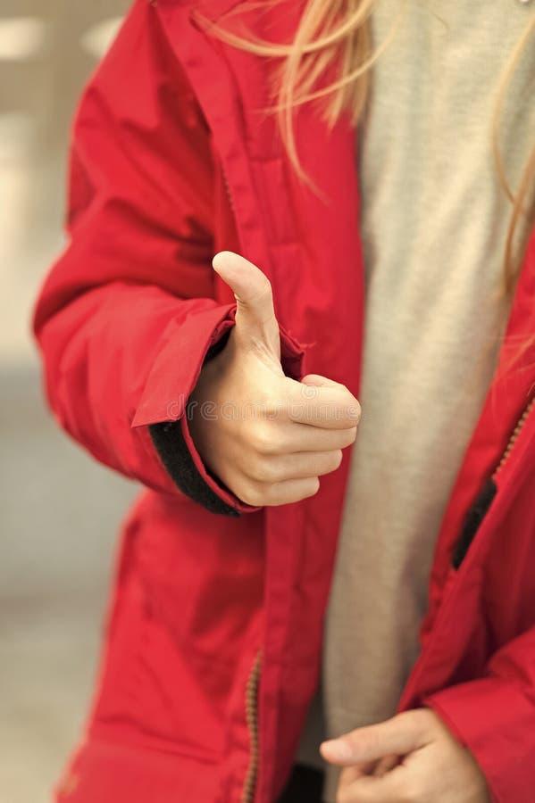 Hand des Babys zeigt Daumen herauf Geste Scherzen Sie Jacken-Showgeste der Abnutzung warme von approvement oder nehmen Sie an Sie lizenzfreie stockbilder