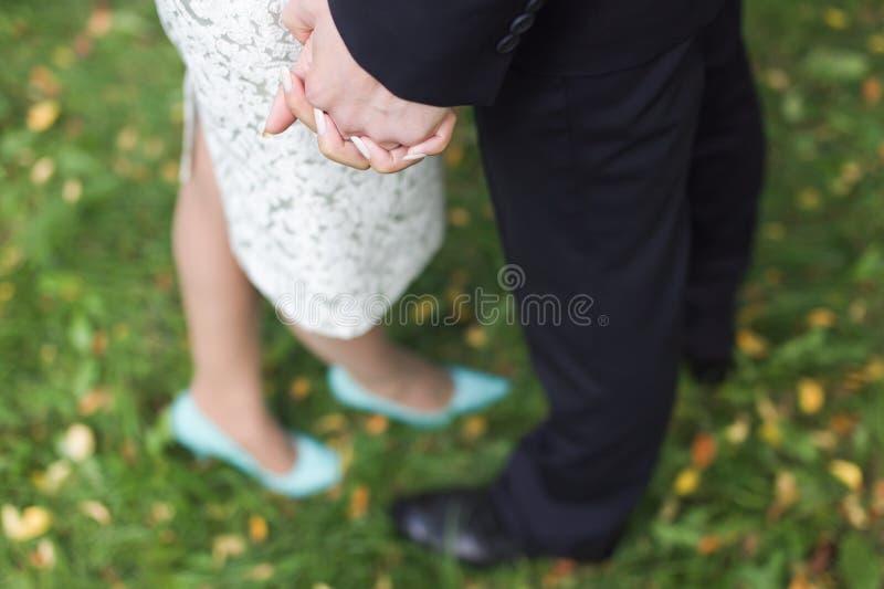 Hand des Bräutigams und der Braut stockbilder