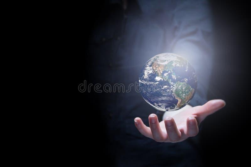 Hand des Geschäftsmannes Erdplaneten halten stockbild