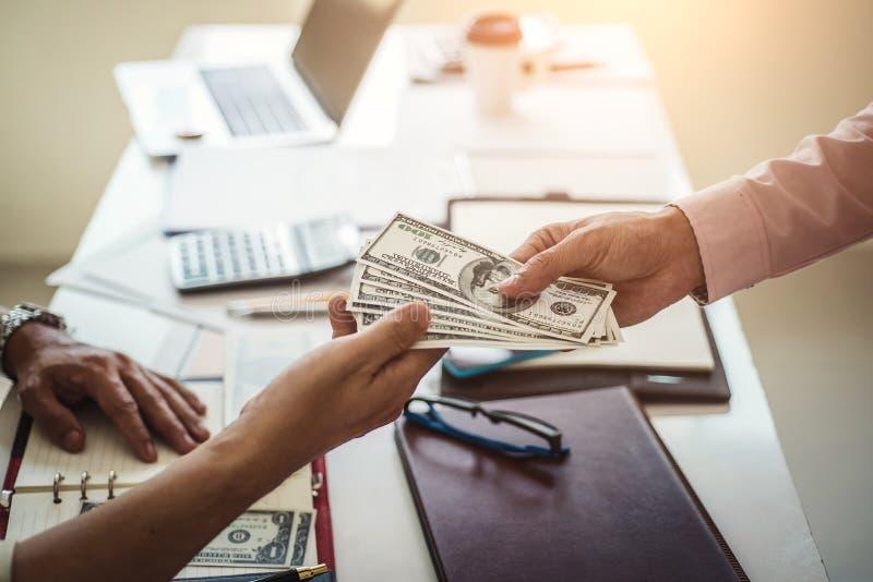Hand des Geschäftsmannes Geld für das Nehmen des Bestechungsgeldes bei der Aufnahme des Vertrages gebend Bestechung und Korruptio stockfoto