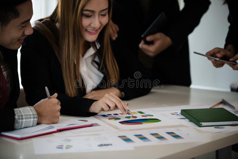 Hand des Geschäftsmannes zeigend auf ein Diagramm in der Sitzung während DIS lizenzfreie stockfotografie