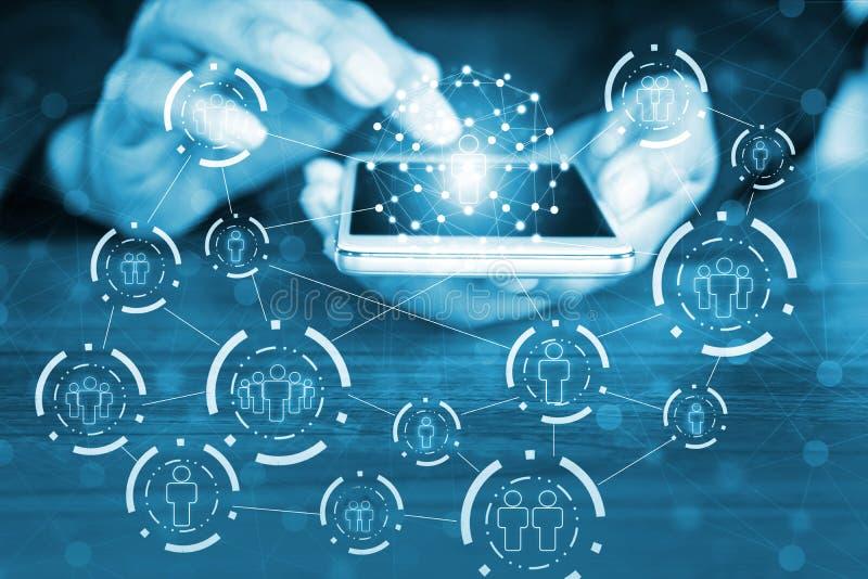 Hand des Hackers auf Computertastatur mit freigesetzter Ikone, Cyberangriff, ungesichertes Netz, Internet-Sicherheit stockbild