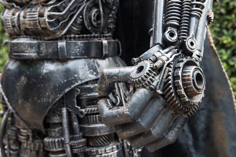 Hand des Heldroboters hergestellt durch altes Eisen lizenzfreies stockfoto