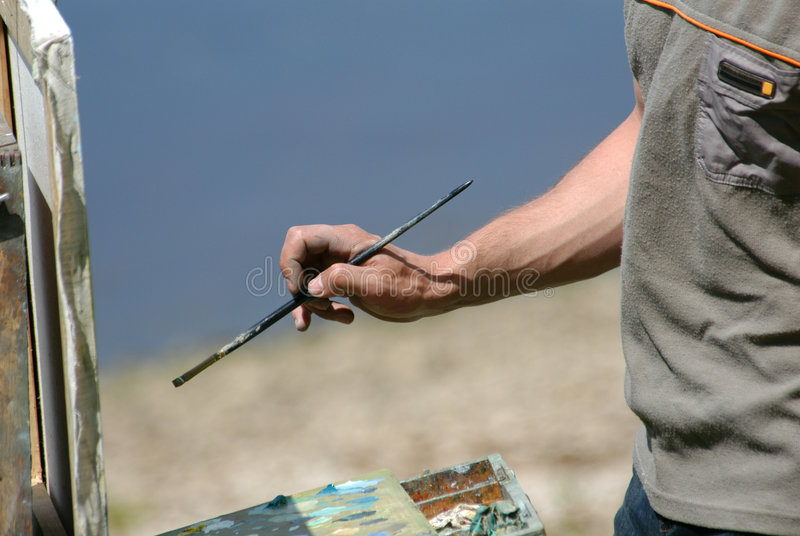 Hand des Künstlers mit einem Pinsel lizenzfreies stockfoto