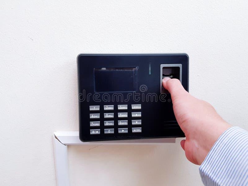 Hand des Mannangestelltscannen-Fingerabdruckscanners vor dem Eingang, zum des Büros mit Kopienraum zu bearbeiten und herauszunehm stockbild