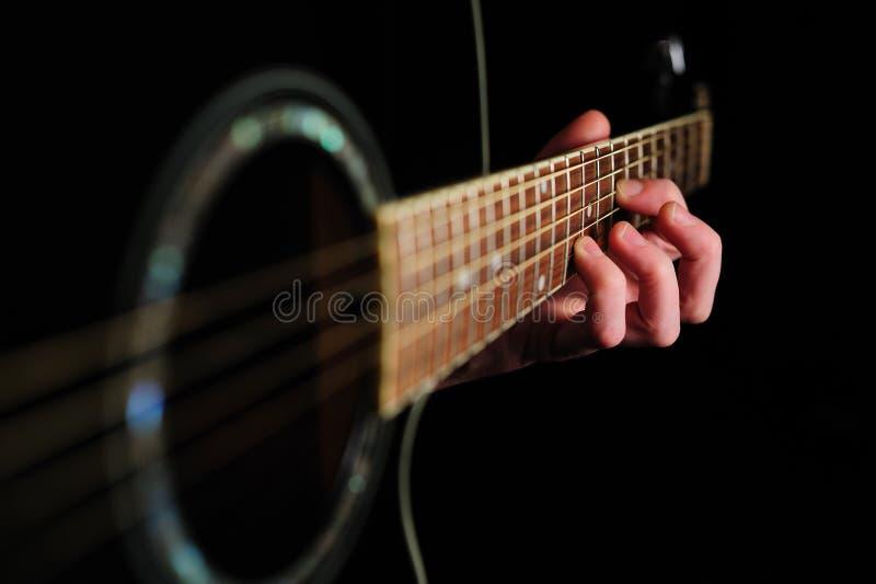 Hand des Mannes, die eine Spannweite schlägt lizenzfreies stockbild