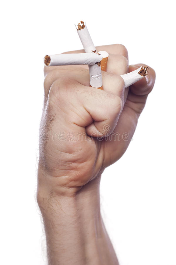 Hand des Mannes, die Zigaretten zerquetscht stockbild