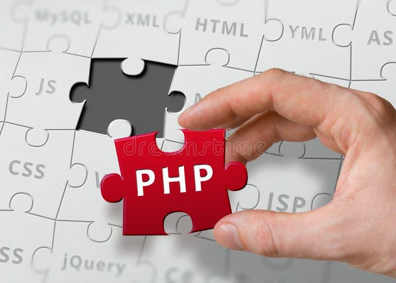 Hand des Programmierers hält Puzzlespiel mit Programmiersprache PHP stockbild