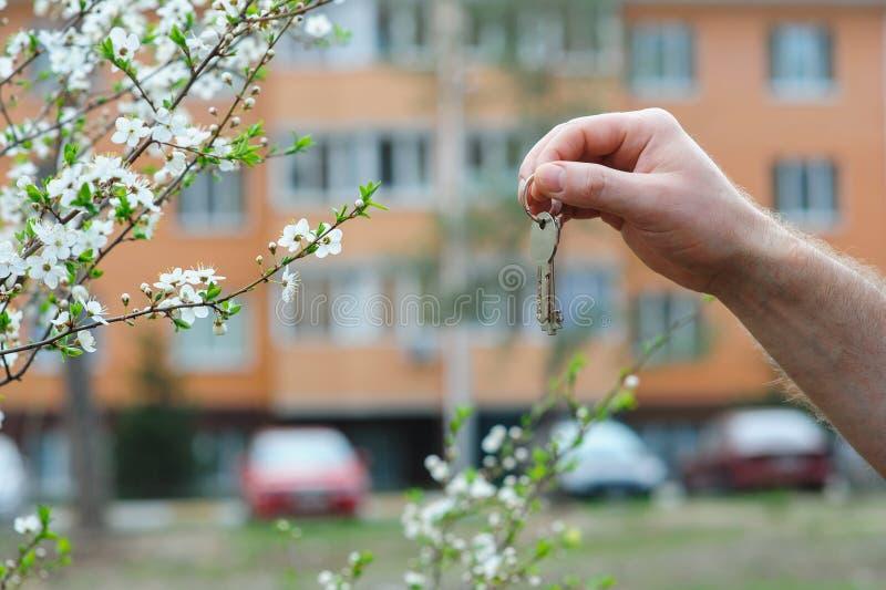 Hand des Vermittlers halten Schlüssel zu einem Traumhaus stockbild