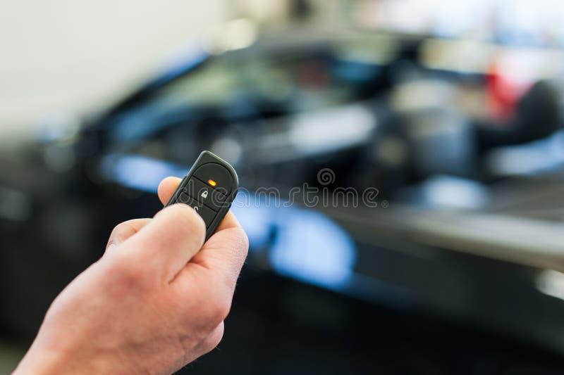 Hand dichte auto met draadloze sleutel stock foto's