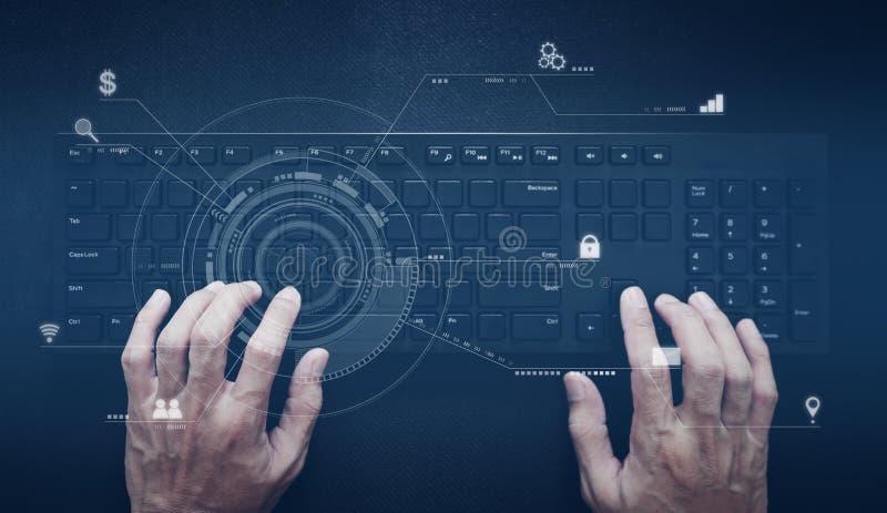 Hand die aan computertoetsenbord werken Computerprogrammeur, software en de technologie van de Webontwikkeling stock afbeelding