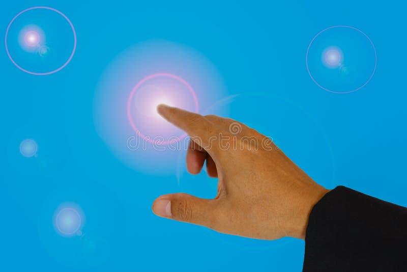 Hand die aan de verlichting richten.