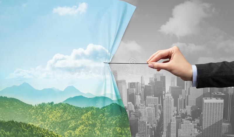 Hand die aardcityscape gordijn trekken aan grijze cityscape royalty-vrije stock afbeeldingen