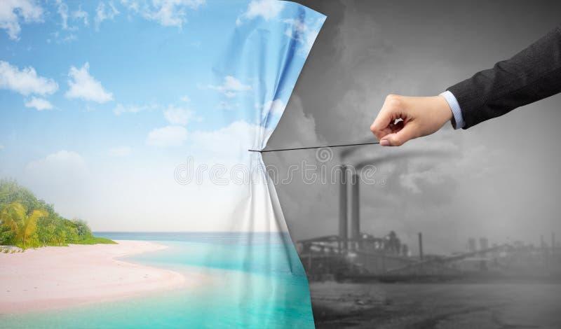 Hand die aardcityscape gordijn trekken aan grijze cityscape royalty-vrije stock foto's