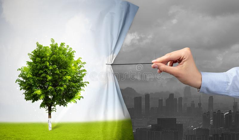 Hand die aardcityscape gordijn trekken aan grijze cityscape stock foto