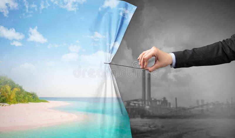 Hand die aardcityscape gordijn trekken aan grijze cityscape stock fotografie