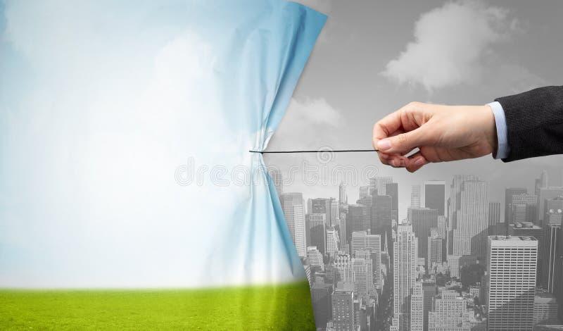 Hand die aardcityscape gordijn trekken aan grijze cityscape stock afbeelding