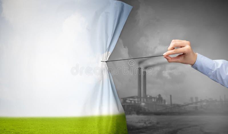 Hand die aardcityscape gordijn trekken aan grijze cityscape stock foto's