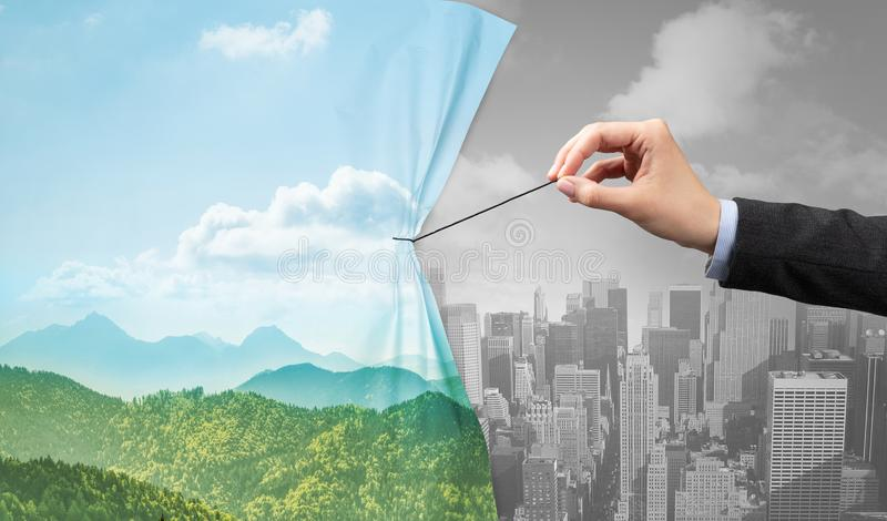 Hand die aardcityscape gordijn trekken aan grijze cityscape royalty-vrije stock foto