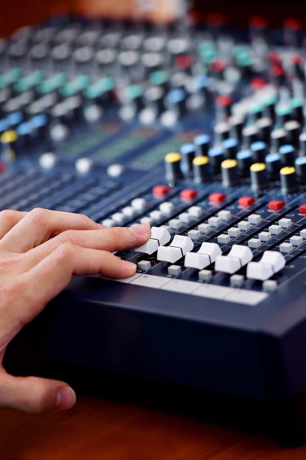 Hand, die Audiomischer justiert stockbild