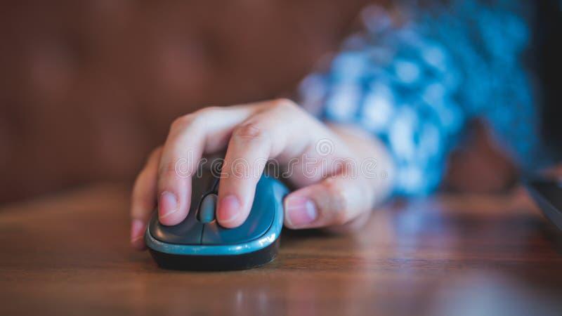 Hand, die auf Computer-Maus klickt stockfotografie