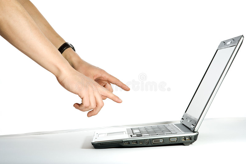 Hand, die auf den Computer zeigt stockbild