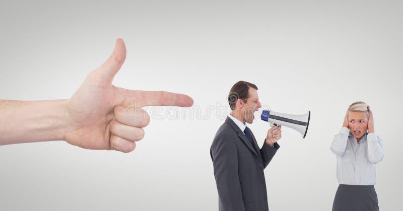 Hand, die auf Geschäftsleute gegen weißen Hintergrund zeigt lizenzfreie stockfotografie