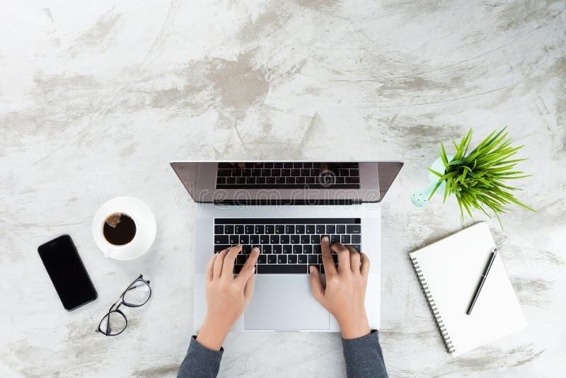 Hand, die auf Laptop-Computer Oberseite schreibt stockfoto