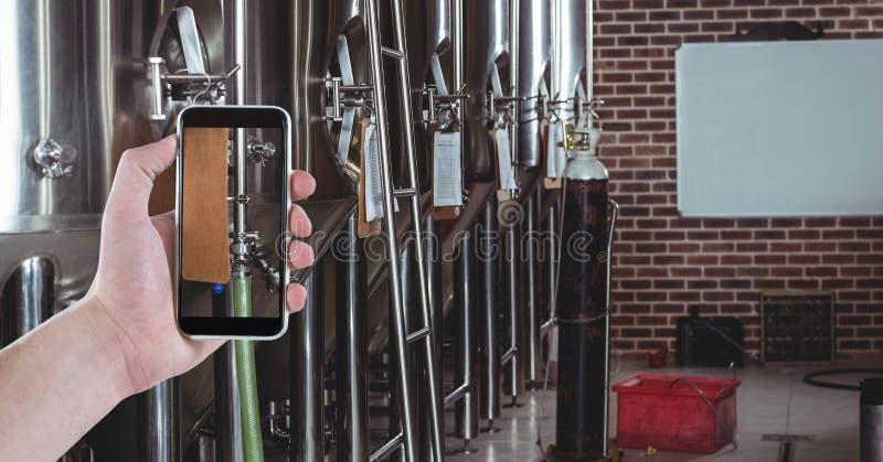 Hand die beeld nemen door slimme telefoon bij brouwerij royalty-vrije stock foto