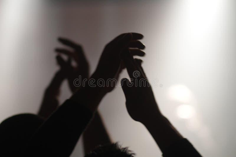 Hand die bij een overleg slaan stock foto