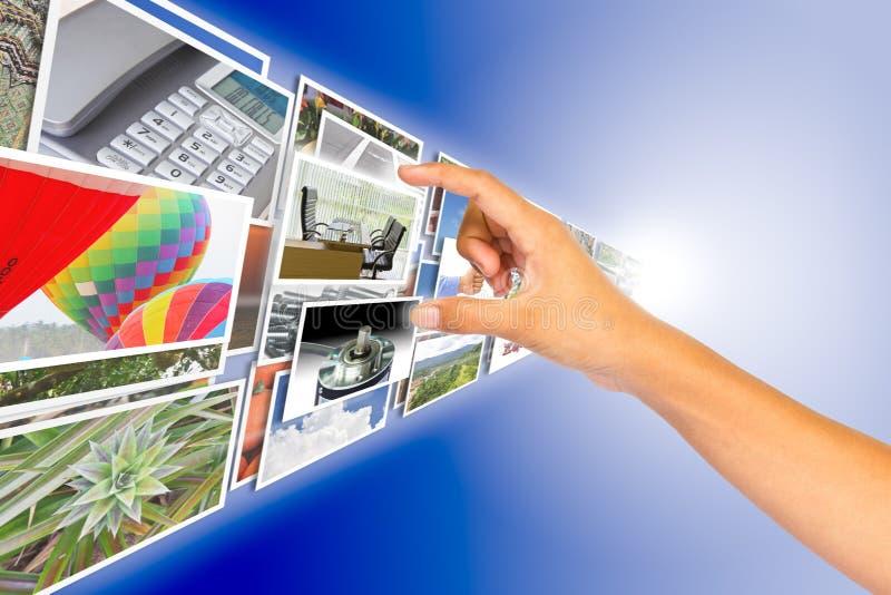 Hand, die Bild vom Bildstrom wählt stockfotos