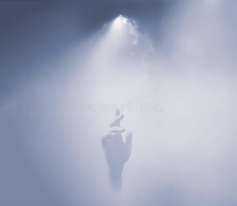 Hand, die bis zum Himmel erreicht lizenzfreies stockfoto