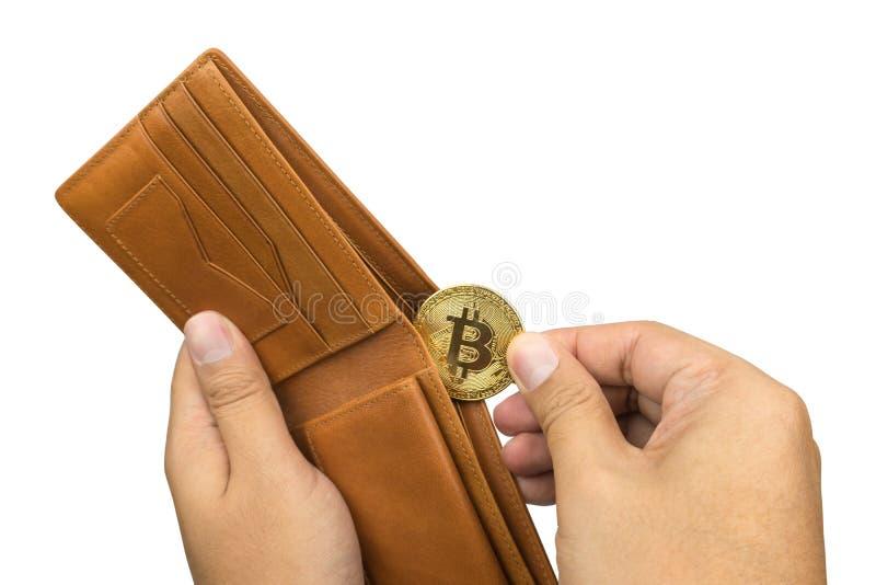 Hand die bitcoin uit bruine leerportefeuille nemen stock afbeeldingen