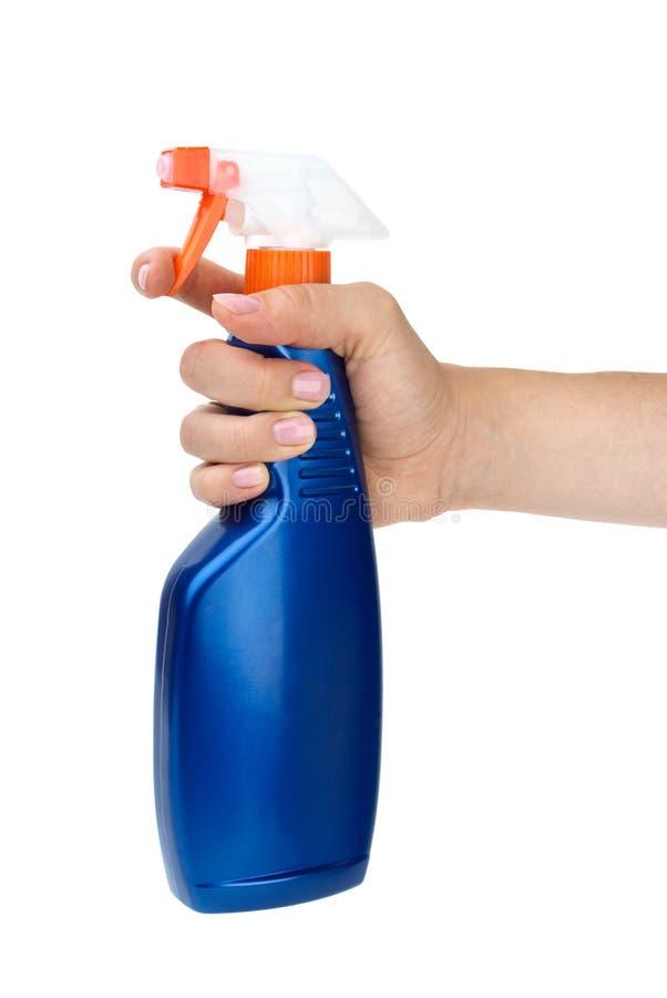 Hand, die blaue Sprüherflasche anhält stockfotografie