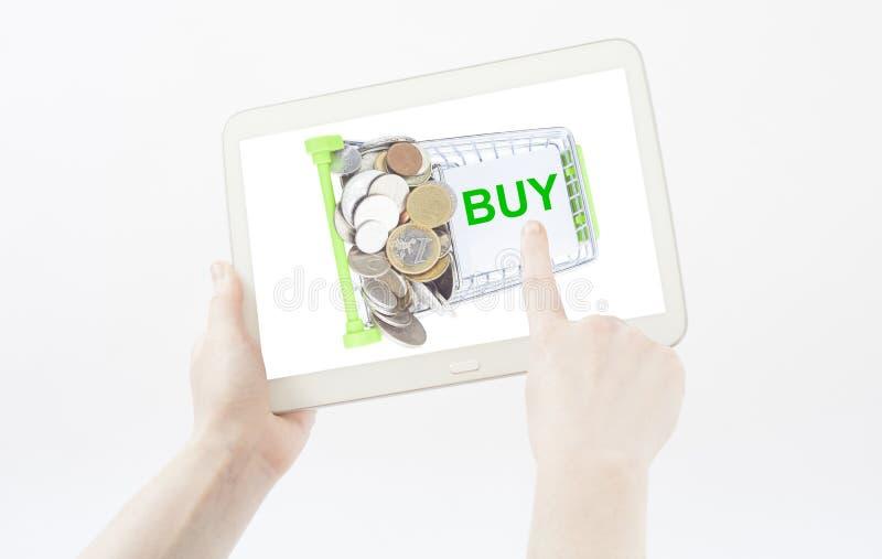 Hand die boodschappenwagentje tonen om lijst te kopen stock foto's