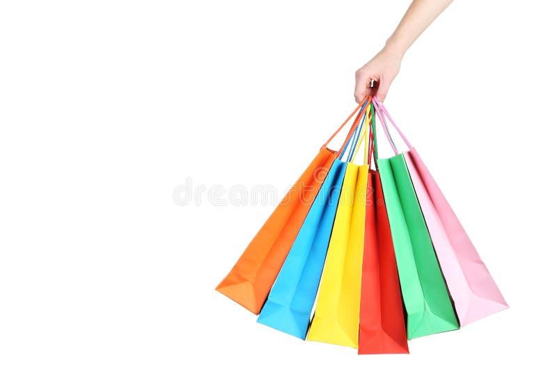 Hand, die bunte Einkaufenbeutel anhält lizenzfreie stockfotografie